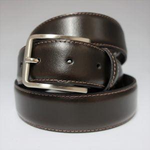 Cinturón sport con pespunte de piel con hebilla plateada mate marrón oscuro