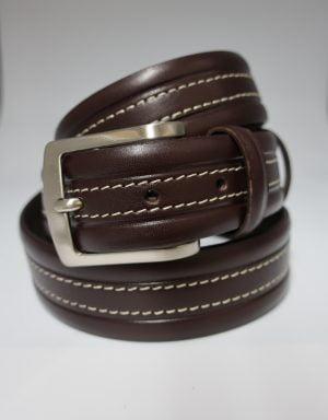 Cinturón sport de piel con pespuntes marrón oscuro