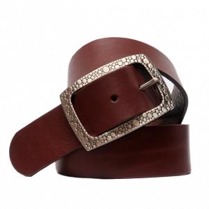 Cinturón sport de piel con hebilla rectangular grabada cuero oscuro