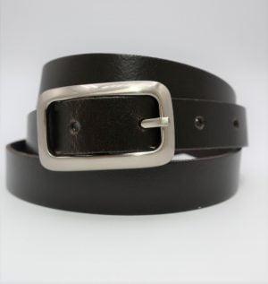Cinturón de piel con hebilla rectangular y agujeros centrales marrón oscuro